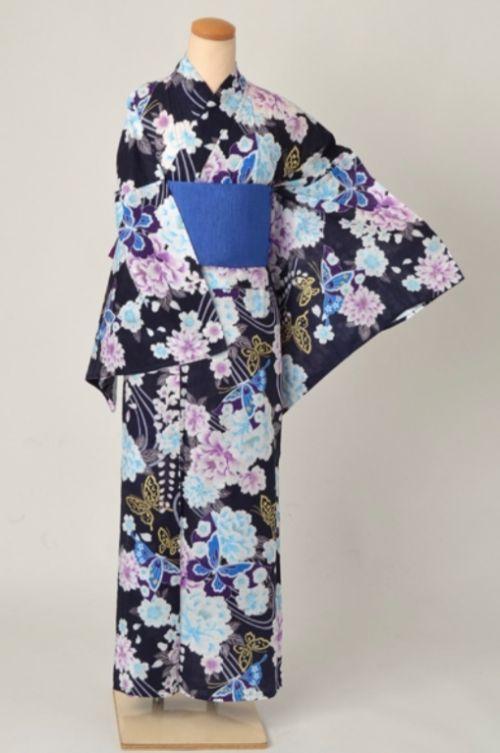 ゆったり幅の浴衣、紺地の花と蝶模様