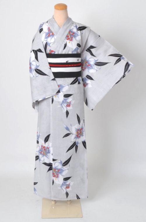 ゆったり幅の浴衣、白地の百合模様